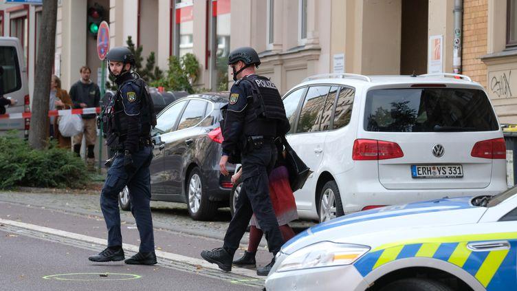 Des policiers sécurisent la zone de Halle (Allemagne) où au moins deux personnes ont été tuées par arme à feu, mercredi 9 octobre 2019. (SEBASTIAN WILLNOW / DPA-ZENTRALBILD / AFP)