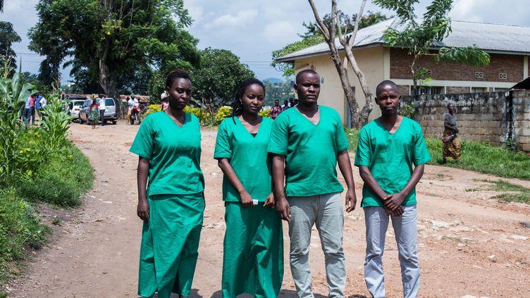 Les quatre journalistes du média indépendant Iwacu, Christine Kamikazi, Agnes Ndirubusa, Egide Harerimana et Terence Mpozenzi, le 30 décembre 2019 devant le tribunal de Bubanza, dans le nord-ouest du Burundi. (TCHANDROU NITANGA / AFP)