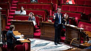Olivier Véran répond à un député lors de la séance de questions au gouvernement, le 8 mai 2020 à l'Assemblée nationale. (THOMAS SAMSON / AFP)