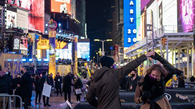 A Times Square, où se rassemblent habituellement les fêtards pour célébrer la nouvelle année à New York, des enclos ont été installés pour permettre à des groupes de faire la fête dans le respect de la distanciation sociale, jeudi 31 décembre 2020. (DAVID DEE DELGADO / GETTY IMAGES NORTH AMERICA / AFP)