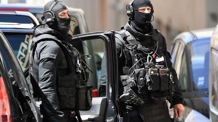 Deux policiers du RAID, le 18 avril 2017. (Photo d'illustration) (BORIS HORVAT / AFP)