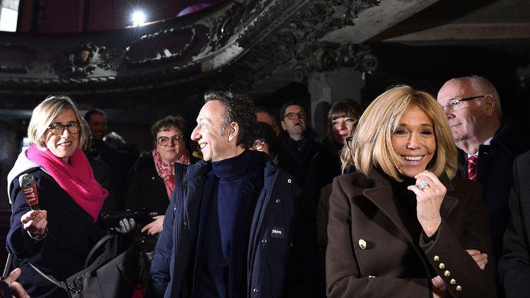 """Brigitte Macron et Stéphane Bern, le 15 février 2019, lors d'une visite au """"Théâtre des Bleus de Bar"""", à Bar-le-Duc (Meuse). (JEAN-CHRISTOPHE VERHAEGEN / AFP)"""