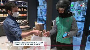 À la veille de Noël, de nombreux Français rechignent à se rendre en magasin pour acheter leurs mets, à cause du Covid-19. Ainsi, certains se tournent vers les commandes en ligne pour faire travailler leurs commerçants. Une plate-forme digitale de livraison a par exemple vu le jour pour l'occasion. (France 2)