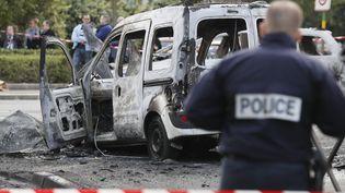 Une voiture de police, brûlée, à Viry-Châtillon (Essonne), le 8 octobre 2016. (THOMAS SAMSON / AFP)