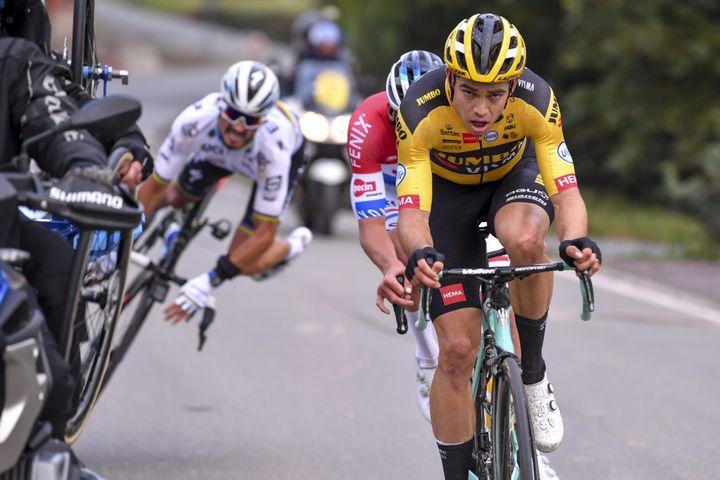 Wout van Aert (Jumbo-Visma) et Mathieu van der Poel (Alpecin-Fenix) lors du Tour des Flandres. (LUC CLAESSEN / BELGA)