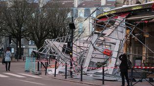 Sous l'effets des violentes bourrasquesde vent, un échafaudages'est effondré place Gambetta à Bordeaux (Gironde), samedi 4 février 2017. (MAXPPP)