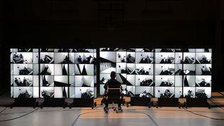 """Le système de surveillance dans la prison de l'opéra""""Fidelio"""" de Beethoven à l'Opéra Comique. (STEFAN BRION)"""