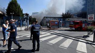 Des pompiers interviennent sur le site d'un incendie qui s'est déclenché sur un poste électrique, sur un site de la société RTE à Issy-les-Moulineaux (Hauts-de-Seine), le 27 juillet 2018. (GERARD JULIEN / AFP)
