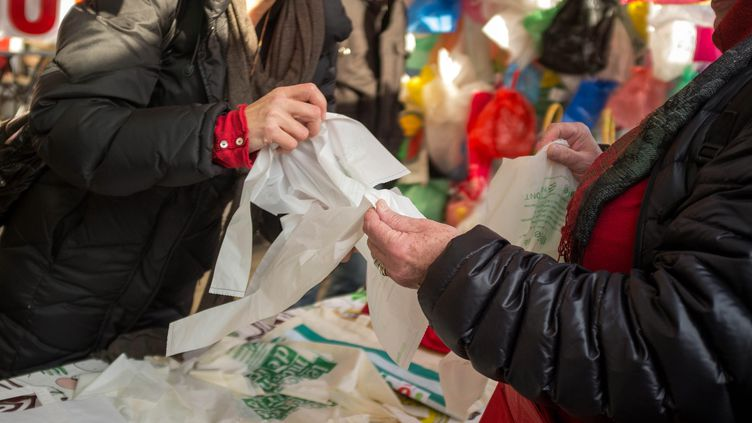 Des sacs biosources et compostables sont utilisés par les consommateurs. (MAXPPP)