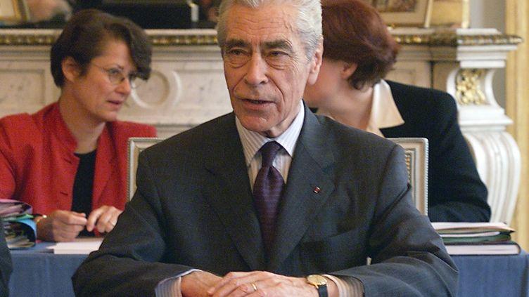 Yves Guéna, alors président du Conseil constitutionnel, au siège de l'institution, à Paris, le 30 mars 2000. (DANIEL JANIN / AFP)