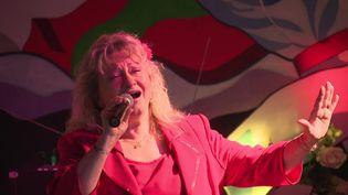En Bretagne, une ancienne chanteuse devenue restauratrice reprend le micro pour sauver son établissement. (FRANCE 3 BRETAGNE)