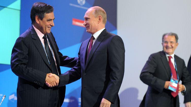 François Fillon (à gauche) et Vladimir Poutine (à droite), le 19 septembre 2013 à Valdaï (Russie). (MICHAEL KLIMENTYEV / RIA NOVOSTI / AFP)
