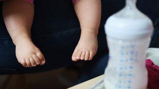 Un bébé à l'hôpital Necker à Paris, le 30 juillet 2015. (LOIC VENANCE / AFP)