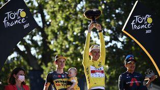 Le podium du Tour de France vient consacrer Tadej Pogacar qui, à 22 ans, remporte son deuxième titre avec plus de cinq minutes d'avance sur le Danois Jonas Vingegaard (Team Jumbo – Visma) et sept sur le Colombien Richard Carapaz (Ineos Grenadiers). Avec trois victoires d'étapes, le Slovène a surclassé dès la fin de la première semaine de course cette 108e édition du Tour de France.  (ANNE-CHRISTINE POUJOULAT / AFP)