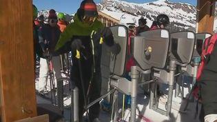 Des vacanciers au ski. (France 2)