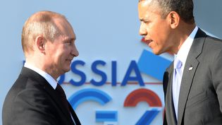 Le président russe Vladimir Poutine (à g.) et son homologue américain Barack Obama se serrent la main durant le G20 à Saint-Pétersbourg (Russie), le 5 septembre 2013. (YURI KADOBNOV / AFP)