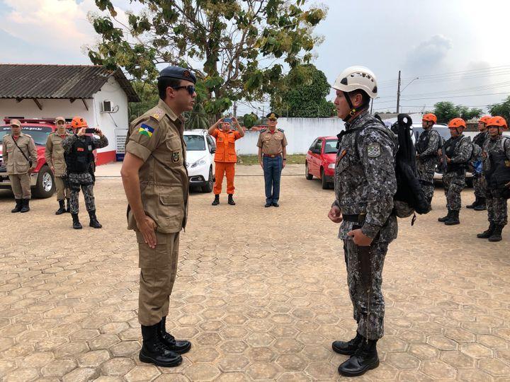 Les membres de la Force nationale sont accueillis par les pompiers de la ville de Porto Velho (Brésil). (MATTHIEU MONDOLONI / FRANCEINFO)