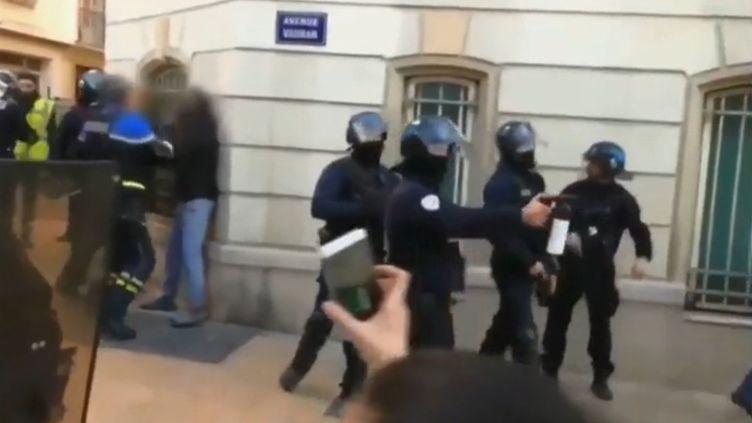"""Capture d'écran d'un sujet de France 2 montrant un policier en train de frapper au visage un homme, en marge de la mobilisation des """"gilets jaunes"""", le 5 janvier 2019, à Toulon (Var). (FRANCE 2)"""