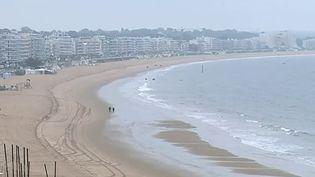 La plus grande plage d'Europe est désormais privatisée. Veolia a obtenu la concession des cinq kilomètres de La Baule (Loire-Atlantique). Les commerçants comme la population s'interrogent sur les conséquences de cette gestion par une entreprise privée. (France 3)