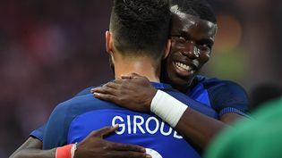 Le milieu des Bleus Paul Pogba congratule l'attaquant français Olivier Giroud, le 30 mai 2016 à Nantes (Loire-Atlantique) lors du match de préparation à l'Euro entre la France et le Cameroun. (FRANCK FIFE / AFP)