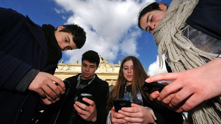 Selon un sondage Ifop rendu public mercredi 20 février,42% des Français sont dépendantsà leur téléphone. (STEPHANE MORTAGNE / MAXPPP)