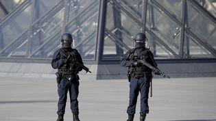 Des policiers devant le musée du Louvre, le 3 février 2017. (CHRISTIAN HARTMANN / REUTERS)