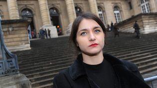 L'artiste franco-luxembourgeoise Deborah de Robertis le 13 décembre 2016 devant le tribunal de Paris. (MAXPPP)