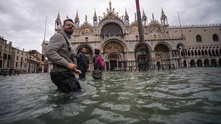 La place Saint-Marc à Venise (Italie), sous les eaux, le 15 novembre 2019. (FILIPPO MONTEFORTE / AFP)