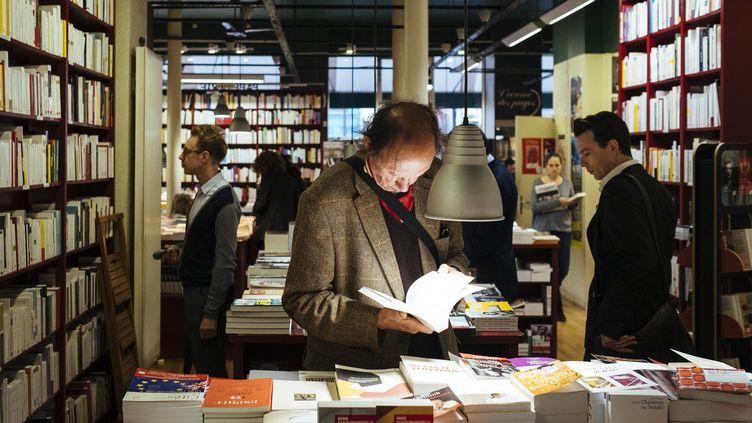 Un client cherche son bonheur parmi les ouvrages de la rentrée littéraire 2017 à la librairie L'écume des pages à Paris. (DENIS MEYER / HANS LUCAS)