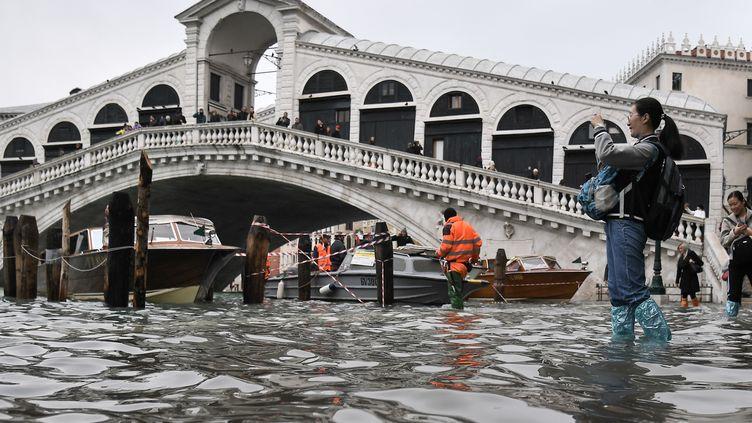 """Les """"hautes eaux""""(""""acqua alta"""") qui ont déferlé mardi soir sur Venise, et ici sous le pont du Rialto, sont lesdeuxièmes plus importantes jamais enregistrées dans la ville. (MARCO BERTORELLO / AFP)"""