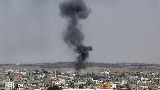 De la fumée s'élève de la ville après une frappe de l'armée israélienne sur Gaza dimanche 13 juillet 2014. (MOHAMMAD OTHMAN / AFP)
