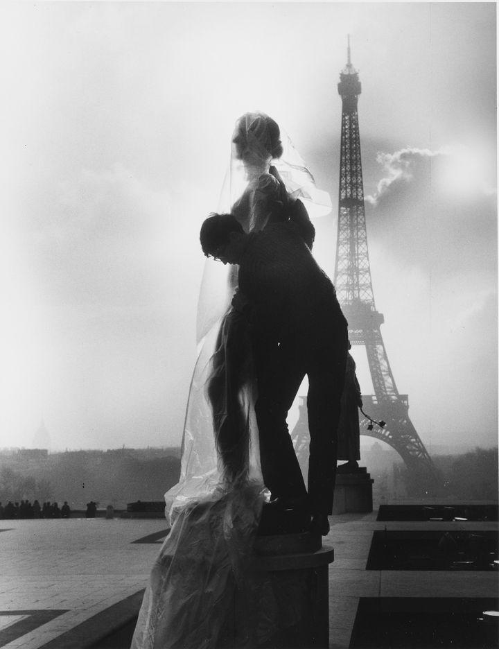 Christo emballe une statue, Le printemps de Paul Niclausse, sur la place du Trocadéro à Paris. (© Christo 1964 Photo © Centre Pompidou, MNAM-CCI Bibliothèque Kandinsky, Fonds Shunk et Kender /Dist. RMN-Grand Palais)