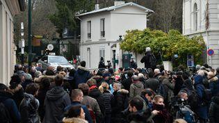 Devant le domicile de Johnny Hallyday, à Marnes-La-Coquette (Hauts-de-Seine), le 6 décembre 2017. (MAXPPP)