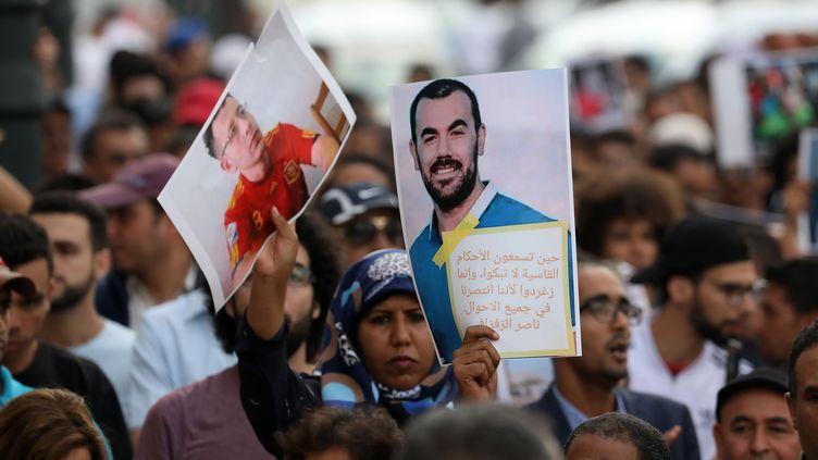 """Des Marocains manifestentcontre l'emprisonnement de membres du """"Hirak al chaabi"""" (le mouvement de contestation populaire) et de leur chef de file, Nasser Zefzafi, dont ils brandissent le portrait,le 27 juin 2018 à Rabat. (AFP)"""