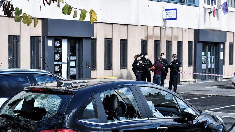 Des voitures endommagées par des tirs de mortier d'artifice à proximité du commissariat de Champigny-sur-Marne (Val-de-Marne), le 11 octobre 2020. (STEPHANE DE SAKUTIN / AFP)