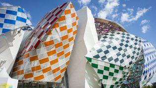 """Les dalles de verres colorées de Daniel Buren apposées sur """"les voiles"""" de la Fondation Louis Vuitton, de l'architecte Frank Gehry  (JEREMY LEMPIN/EPA/MaxPPP)"""