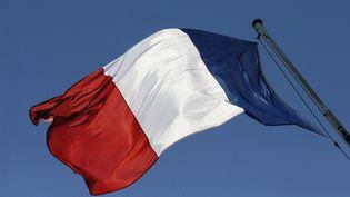 Un drapeau français au palais de l'Elysée à Paris, le 30 juin 2013. (PATRICK KOVARIK / AFP)