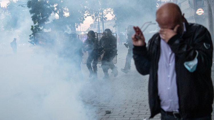 """La police bloque un cortège """"non déclaré"""" en mémoire à Steve Maia Caniço à Nantes, le 21 juin 2021. (LOIC VENANCE / AFP)"""