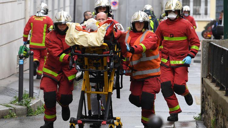 Les pompiers ont évacué en urgence les personnes blessées dans l'attaque au couteau de vendredi 25 septembre à Paris. (ALAIN JOCARD / AFP)