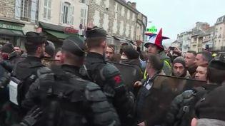 Les forces de l'ordre boucle Souillac (Lot) pour l'arrivée d'Emmanuel Macron vendredi 18 janvier (CAPTURE ECRAN FRANCE 2)