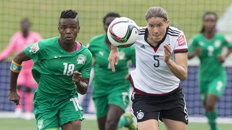 L'Ivoirienne Binta Diakite face à l'Allemande Annike Kahn (NICHOLAS KAMM / AFP)