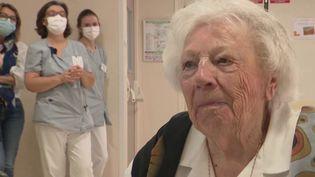 Dans le premier département normand touché par le coronavirus, une centenaire a fêté son siècle d'existence dans sa maison de retraite, et avec ses proches en visioconférence. (France 3)