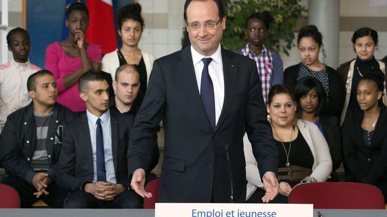 François Hollande, le 30 avril 2013 aux Mureaux (Yvelines), s'exprime sur le thème des contrats d'avenir et de génération. (MICHEL EULER / AFP)