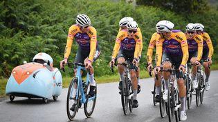 Le danois Mathieu van der Poelde l'équipeAlpecin-Fenix,les belges Xandro Meurisse et Jonas Rickaert durant une séance d'entraînement avant ce 108e Tour de France cycliste qui débute ce samedi 26 juin à Brest. (DAVID STOCKMAN / BELGA MAG / AFP)