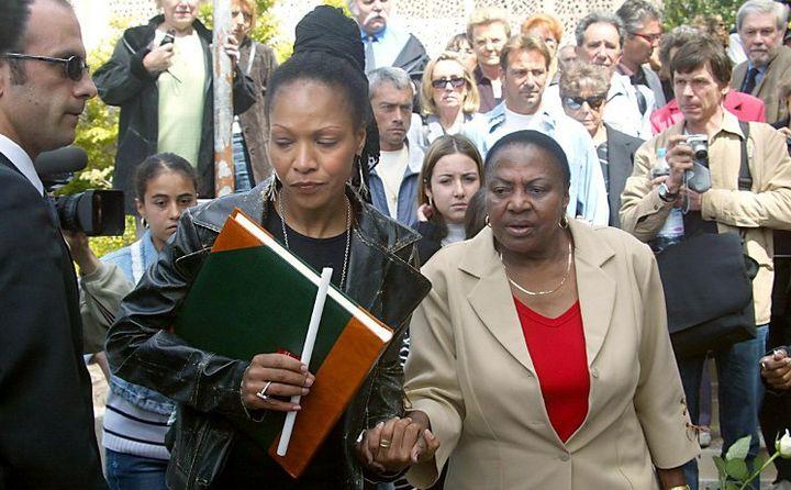 Lisa Simone et la chanteuse sud-africaine Miriam Makeba lors des obsèques de Nina Simone, le 25 avril 2003 à Carry-Le-Rouet  (BORIS HORVAT / AFP)