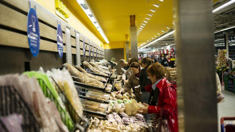 Le rayon pains et pains préemballés dans un supermarché. (Illustration) (FRED DUFOUR / AFP)