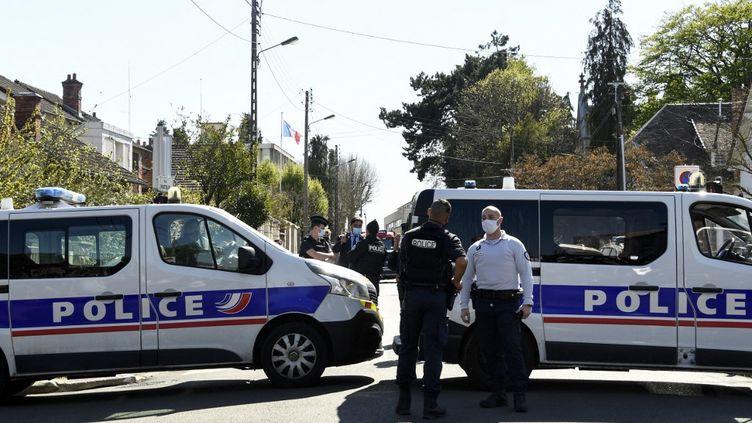 Des policiers sécurisent le périmètreaprès l'attaque au couteau qui a coûté la vie à une fonctionnaire de police, le 23 avril 2021, à Rambouillet (Yvelines). (BERTRAND GUAY / AFP)
