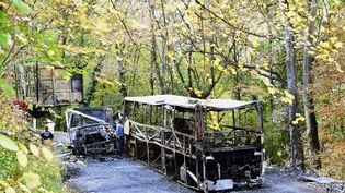 L'autocar avait pris feu après avoir percutéfrontalementun camion de transport de bois vide, le 23 octobre 2015, à Puisseguin (Gironde). (MEHDI FEDOUACH / AFP)