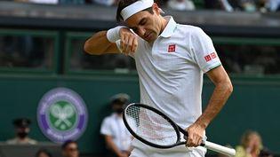 Roger Federer face àHubert Hurkaczen quarts de finale à Wimbledon, le 7 juillet 2021. (GLYN KIRK / AFP)