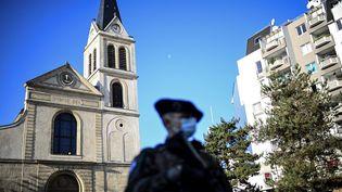 Un soldat français de la force Sentinelle en patrouille devant une église à Paris. (CHRISTOPHE ARCHAMBAULT / AFP)